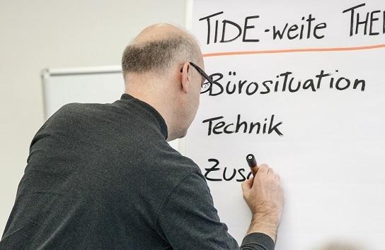 Wolfgang Säckl dokumentiert Gesprächsergebnisse