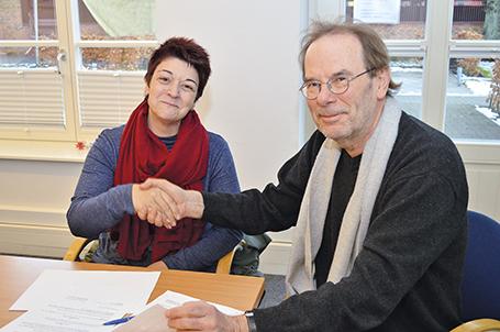 Teresa Nogueira (Betriebsrat) und Klaus Magesching unterzeichnen die neue Betriebsvereinbarung.