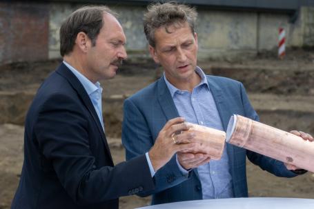 Bürgermeister Pierre Gilgenast (l.) und Architekt Niels Janiak bereiten die Grundsteinlegung vor