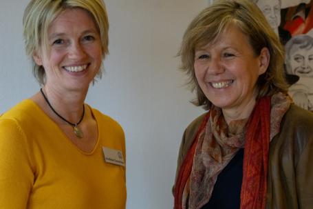 (von links:) Andrea Gonschior, Leiterin des Rendsburger Frauenhaus mit Heike Rullmann