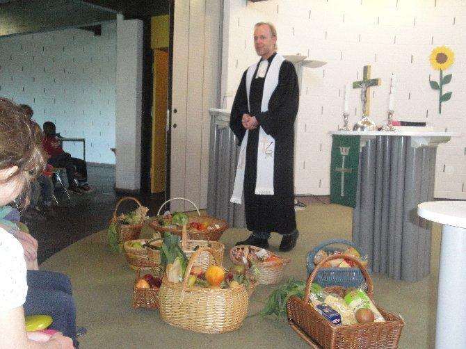 Pastor Ostermann-Ohno und die Erntegaben